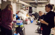 Linn Herland Landro er sentral kontaktperson for Refugees Welcome Norge. Dette bildet er tatt da hun bisto nyankomne asylsøkere på Tøyen i høst.  Foto: Erlend Dalhaug Daae